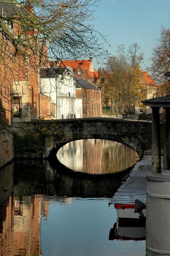 Ponticello lungo il canale in Brugges, Belgio fotografia stock