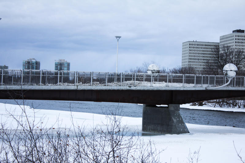 Ponticello sopra il fiume fotografie stock