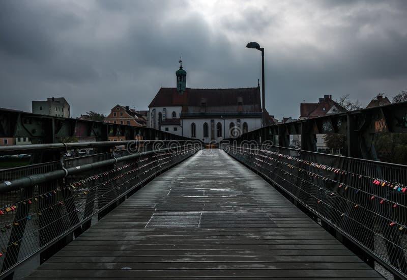 Ponticello sopra il fiume Vista della città di Regensburg germany immagini stock libere da diritti