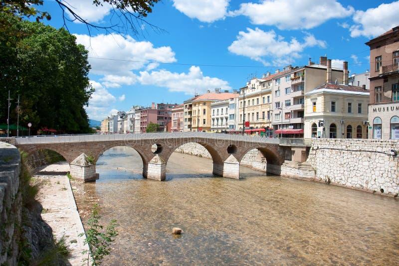 Ponticello sul fiume di Miljacka a Sarajevo immagini stock libere da diritti