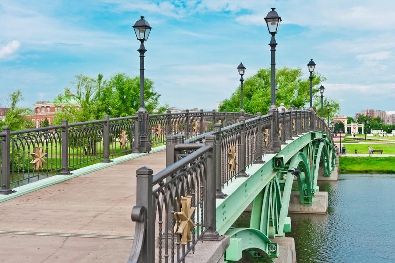 Ponticello verde nella sosta di Tsaritsino, Mosca fotografia stock libera da diritti