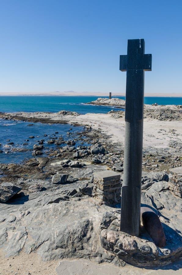 Ponto com cruz de pedra na península de Luderitz no deserto de Namib, Namíbia de Díaz, África meridional fotografia de stock royalty free