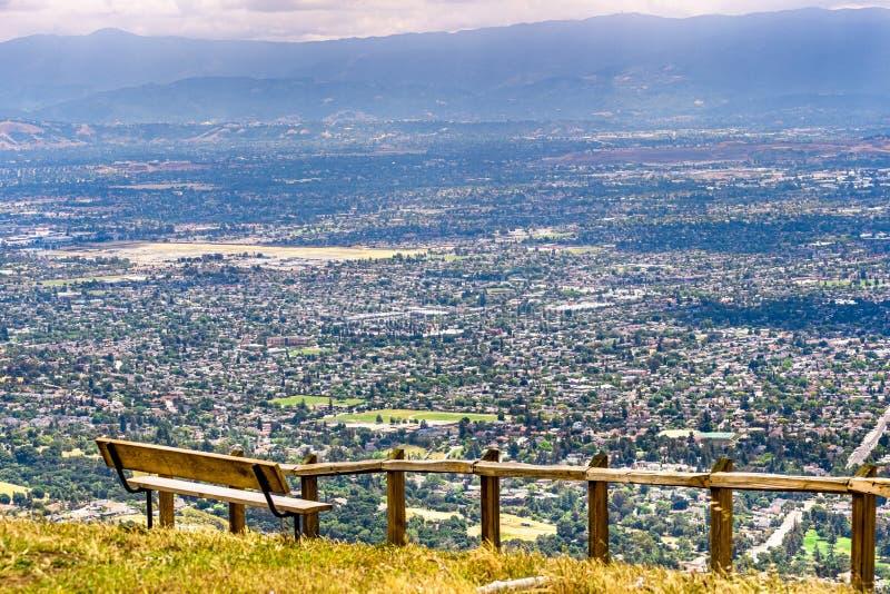 Ponto da vista que negligencia San Jose, o coração de Silicon Valley; área de San Francisco Bay sul, Califórnia imagem de stock
