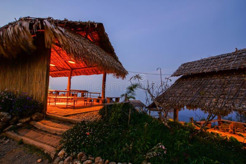 ponto de bambu de opinião da cabana no crepúsculo imagem de stock royalty free