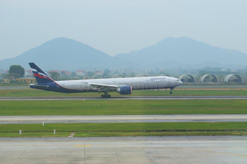 Ponto de contato O russo Boeing 777-3M0 VP-BGC da empresa de Aeroflot faz a aterrissagem no aeroporto de Noybay Hanoi, Vietnam fotos de stock