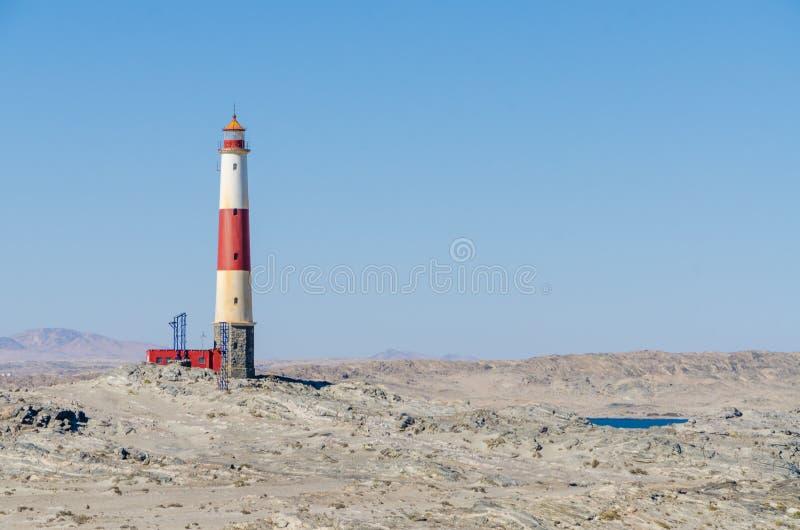 Ponto de Díaz com o farol vermelho e branco na península no deserto de Namib, Namíbia de Luderitz, África meridional imagem de stock