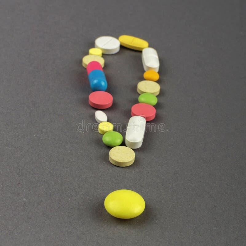 Ponto de exclamação criado dos comprimidos coloridos Conceito MÉDICO foto de stock royalty free