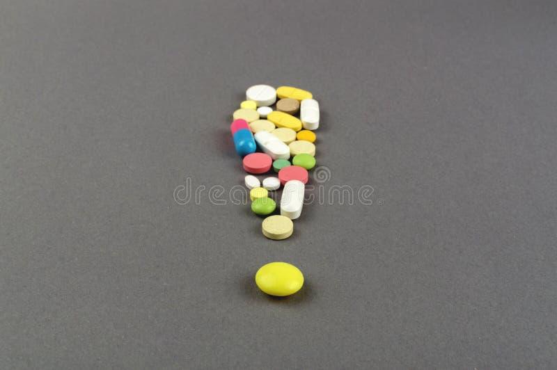 Ponto de exclamação criado dos comprimidos coloridos Conceito MÉDICO fotos de stock royalty free