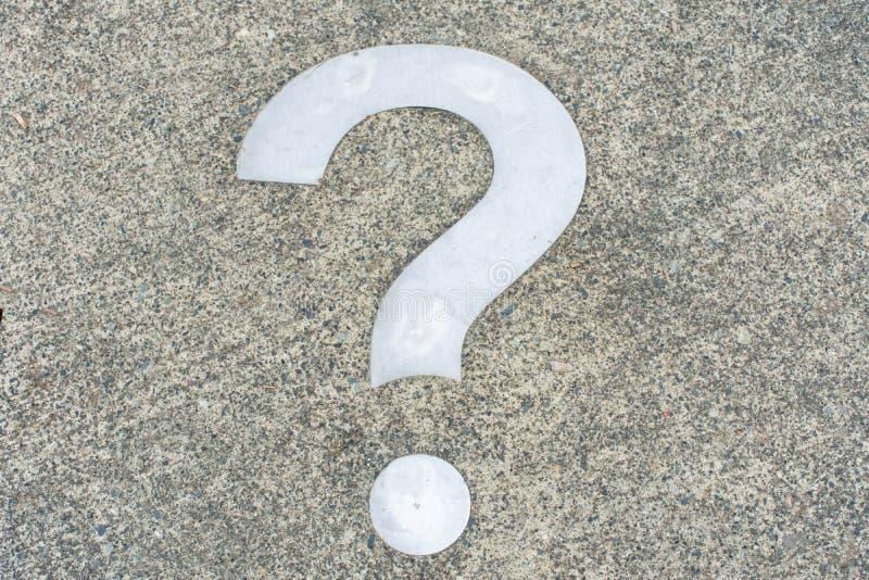 Ponto de interrogação branco sobre o conceito concreto - decisões, incerteza, escolha na vida ou no negócio Copiar espaço imagem de stock royalty free