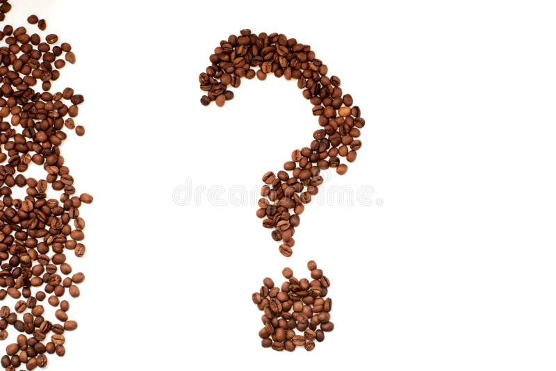 Ponto de interrogação da opinião superior do close up dos feijões de café fotografia de stock