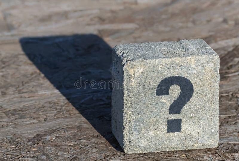 Ponto de interrogação em uma pedra imagem de stock royalty free
