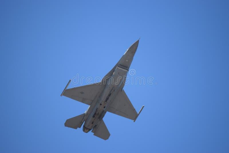 Ponto de Quonset, Rhode - ilha Foto de um jato do caça F-16 que voa em cima fotografia de stock