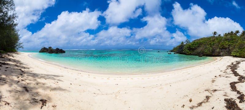 Ponto de Toataratara Vista da praia tropical arenosa em uma baía isolado Ilha de Rurutu, ilhas Austral Tubuai, Polinésia francesa fotografia de stock royalty free
