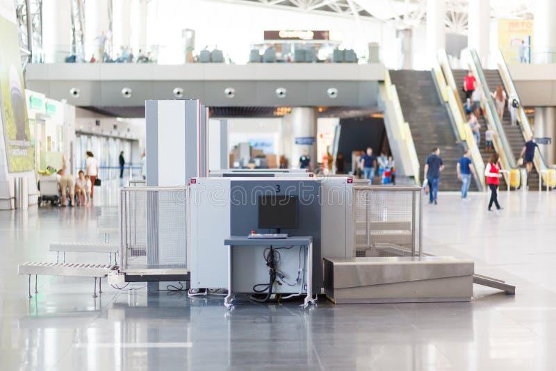 Ponto de verificação da segurança aeroportuária com detector de metais imagens de stock