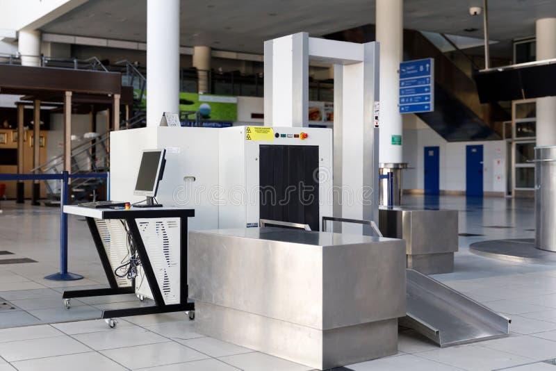 Ponto de verificação da segurança aeroportuária com detector de metais foto de stock
