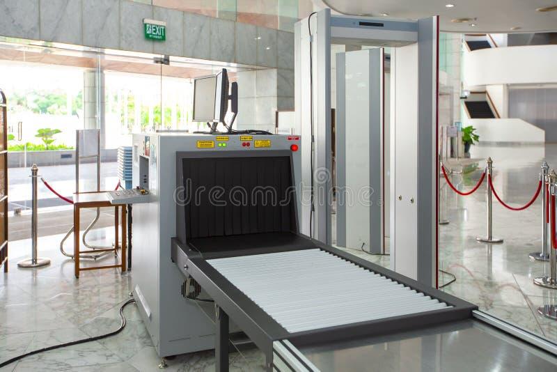 Ponto de verificação da segurança aeroportuária com scane do detector de metais e do raio de X foto de stock