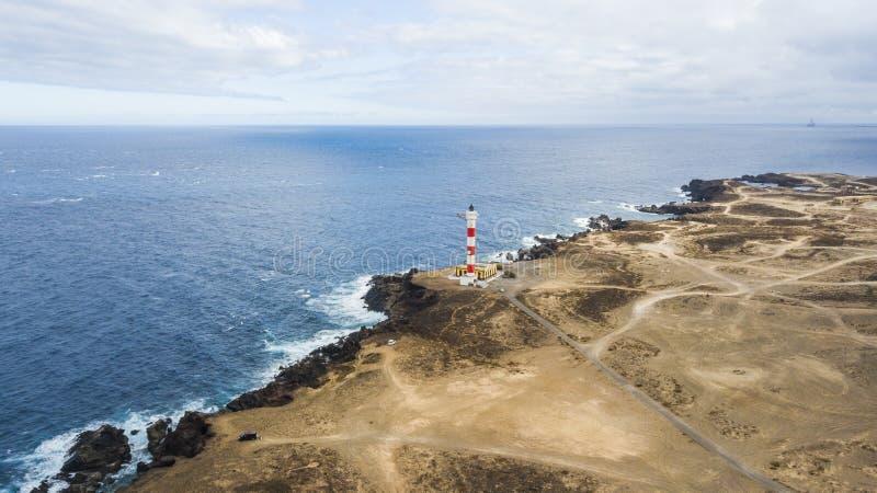 Ponto de vista aéreo do farol na costa para fazer a luz no oceano para navios muitas estradas a ir em toda parte e descobrir imagem de stock royalty free