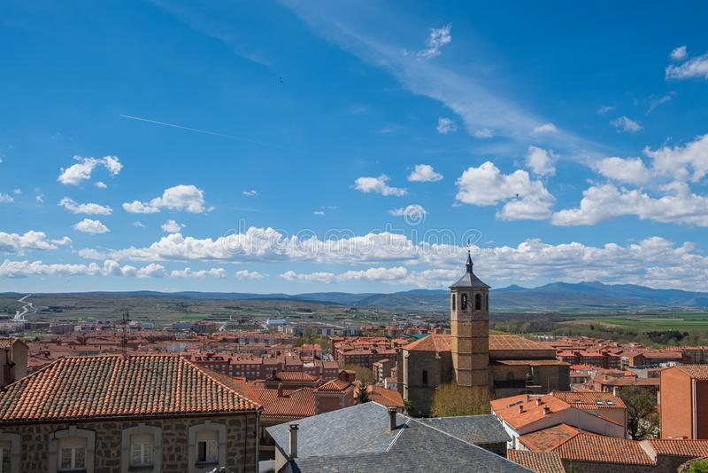 Ponto de vista da Espanha de Avila, furta-passos de Valle, Santiago Church, convento de Nuestra Senora de Gracia foto de stock royalty free