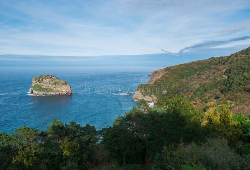Ponto de vista da ilha de San Juan de Gaztelugatxe e de Aqueche fotos de stock