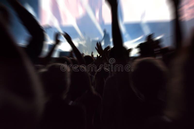 Ponto de vista da multidão em um concerto da música imagens de stock