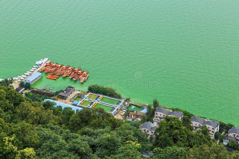 Ponto de vista do lago verde na cidade de Kunming Xi de Chan Mountain imagem de stock royalty free