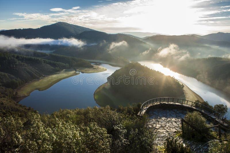 Ponto de vista do meandro do rio de Alagon na aumentação, Espanha imagem de stock