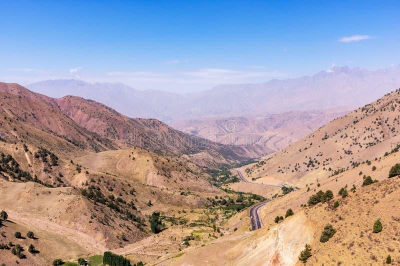 Ponto de vista de Kamchik Passt que negligencia montanhas de Qurama - Usbequistão imagens de stock
