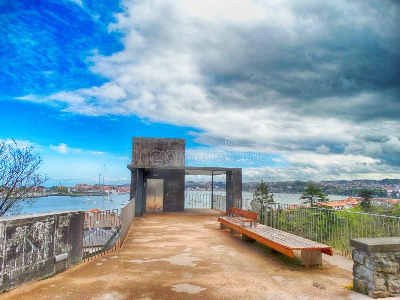 Ponto de vista na vila turística de Hondarribia na Espanha Basque do país foto de stock royalty free