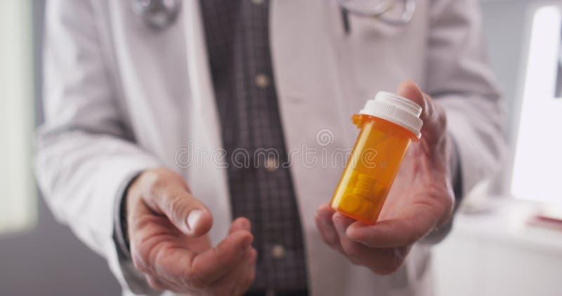 Ponto de vista paciente da medicamentação da prescrição do doutor imagens de stock royalty free