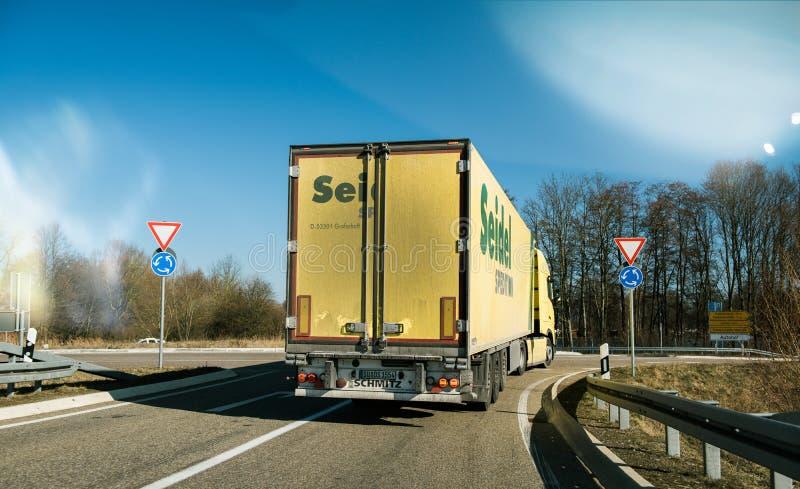 Ponto de vista POV do motorista na condução no grande amarelo dianteiro ha foto de stock royalty free