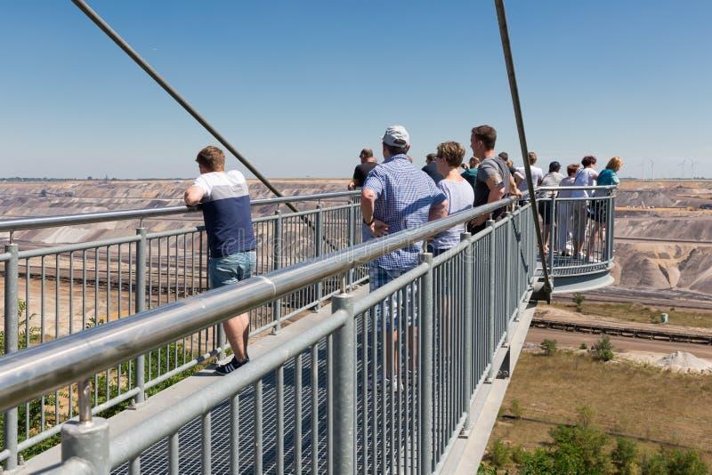 Ponto de vista de visita dos povos com skywalk na mina Alemanha de marrom-carvão de Garzweiler imagens de stock royalty free