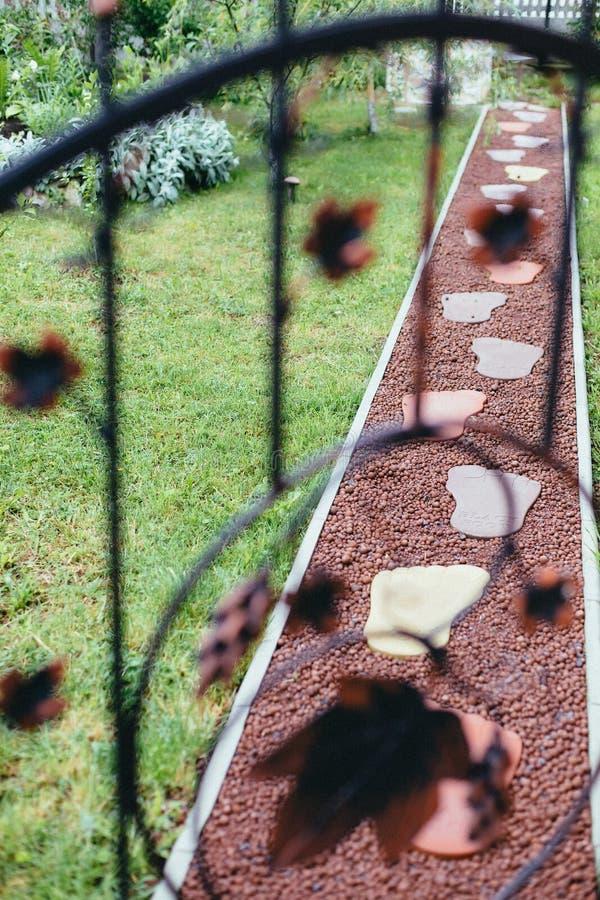 Ponto decorativo com grandes pegadas, interior do jardim fotografia de stock