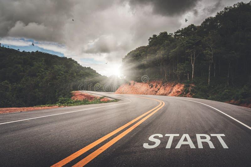 Ponto do COMEÇO na estrada do negócio ou do seu sucesso da vida O começo à vitória imagem de stock