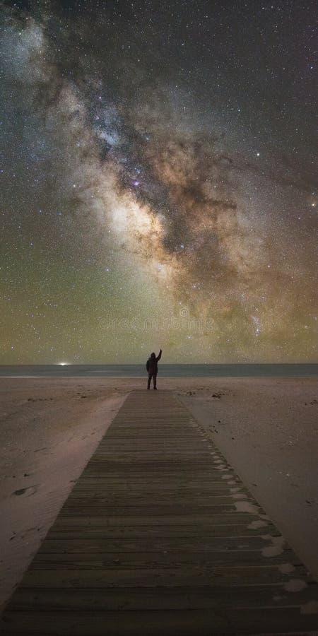 Ponto do homem à galáxia da Via Látea imagens de stock