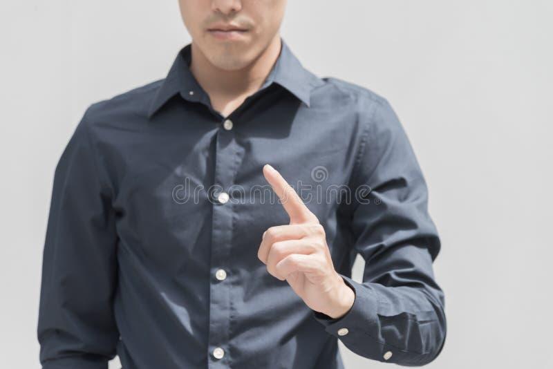 Ponto do homem de negócio algo com o dedo isolado na parte traseira do branco foto de stock royalty free