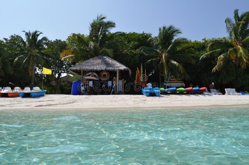 Ponto dos esportes de água da praia da ilha de Maldivas sob a opinião das palmas fotos de stock royalty free