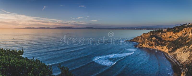 Ponto liso da rocha no panorama do por do sol fotos de stock royalty free