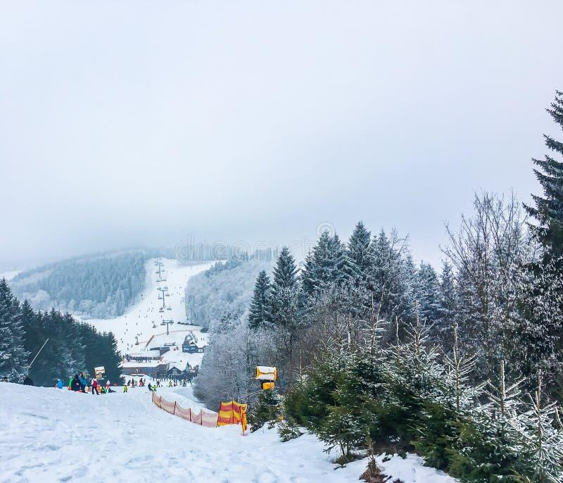 Ponto muito turístico para esquiar em hochsauerlandkreis do winterberg no monte da opinião da inclinação de Alemanha para baixo c imagens de stock