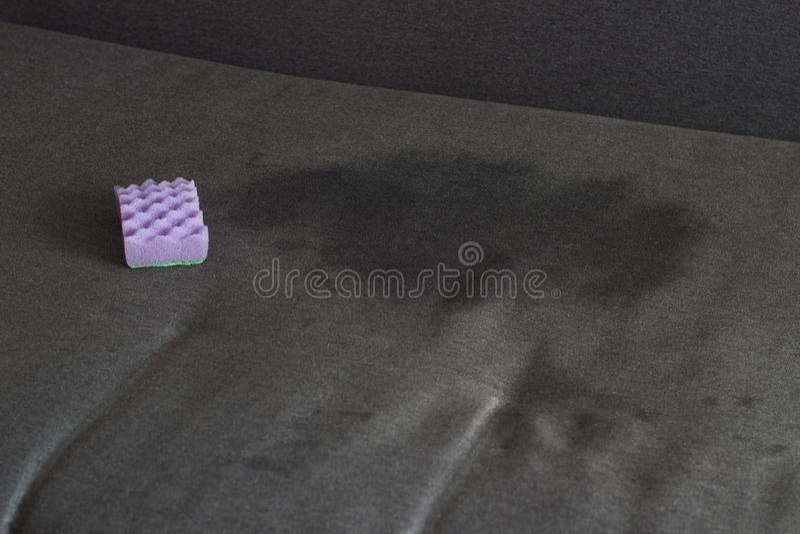 Ponto no sofá preto e na esponja, mancha do close-up fotos de stock