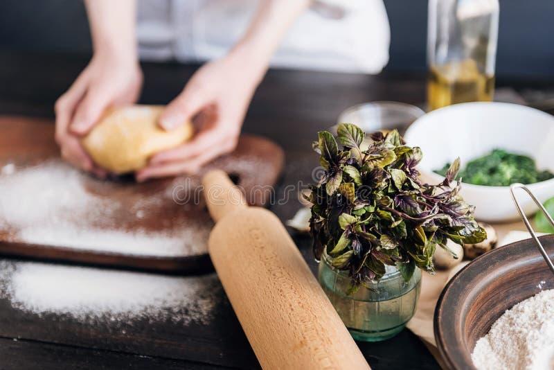 Ponto por ponto o cozinheiro chefe prepara o ravioli com queijo da ricota, ovos de codorniz das gemas e espinafres com especiaria foto de stock royalty free