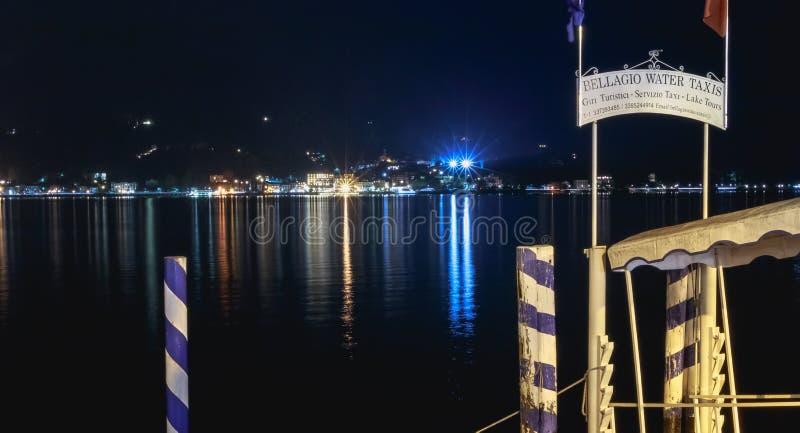 Ponton de départ des taxis sur l'eau et des bateaux sur le lac Como photo stock
