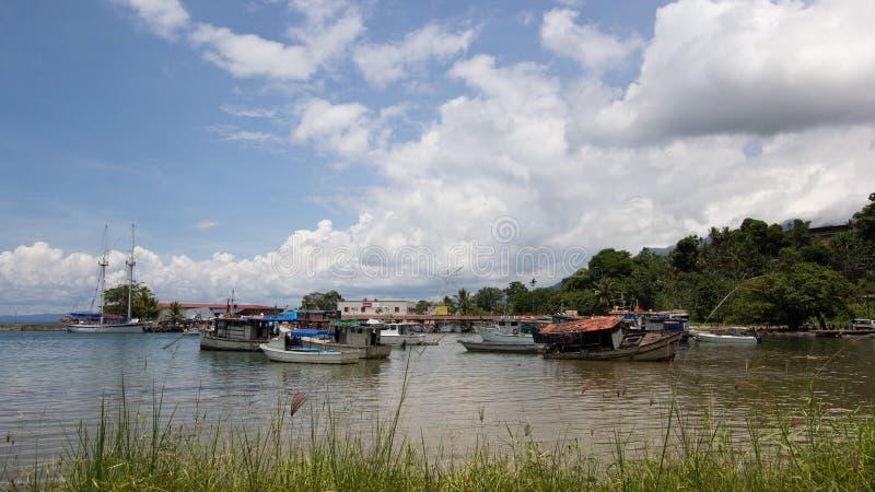Ponton et bateaux cassés dans Alotau, Papouasie-Nouvelle-Guinée images stock
