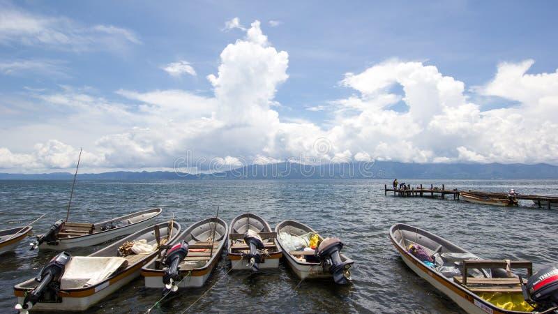 Ponton et bateaux dans Alotau, Papouasie-Nouvelle-Guinée photo stock