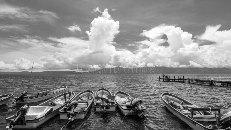 Ponton et bateaux dans Alotau, Papouasie-Nouvelle-Guinée B&W photographie stock libre de droits