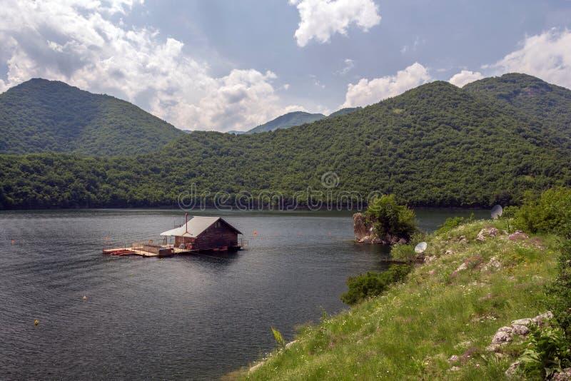 Ponton inhyser i den Vacha fördämningen, Devin Municipality, södra Bulgarien royaltyfri foto