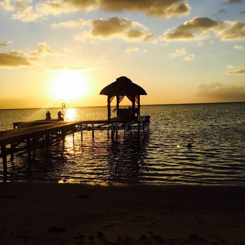Ponton på den Mauritius stranden på solnedgången royaltyfria bilder