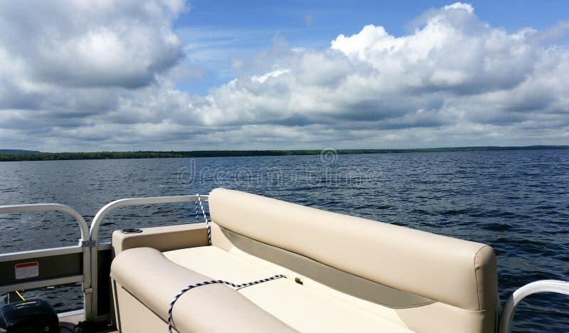 Pontonboot op meer stock afbeelding