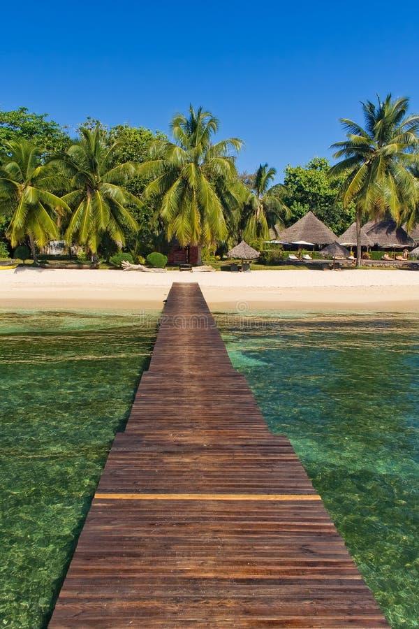 Pontone, spiaggia e ricorso immagini stock libere da diritti