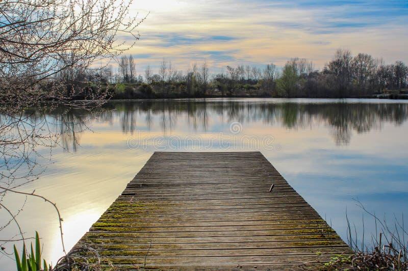 Pontone sul lago immagini stock libere da diritti