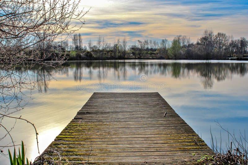 Pontone sul lago immagini stock